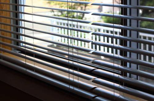 アルミの薄いブラインドがキラキラしてキレイな窓辺