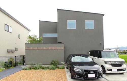 岡山市中区に完成した注文住宅、グレーの外壁とシャープな屋根がカッコイイ住宅外観