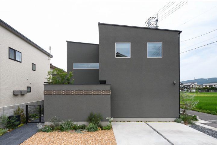 岡山市中区に完成した注文住宅、軒のないシンプルなカタチにグレーの外観