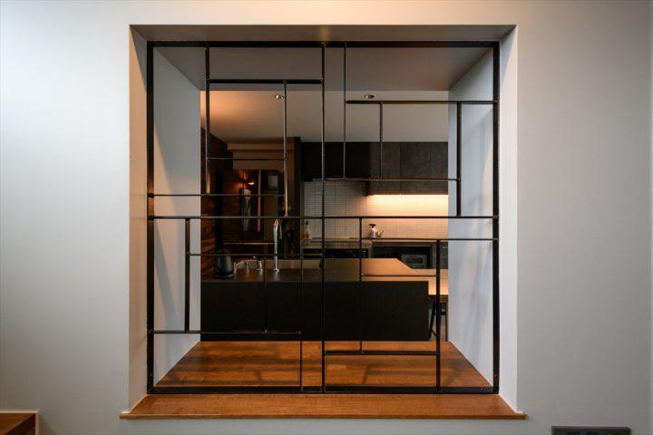 岡山市中区に完成した注文住宅、アイアンがカッコイイキッチンの小窓