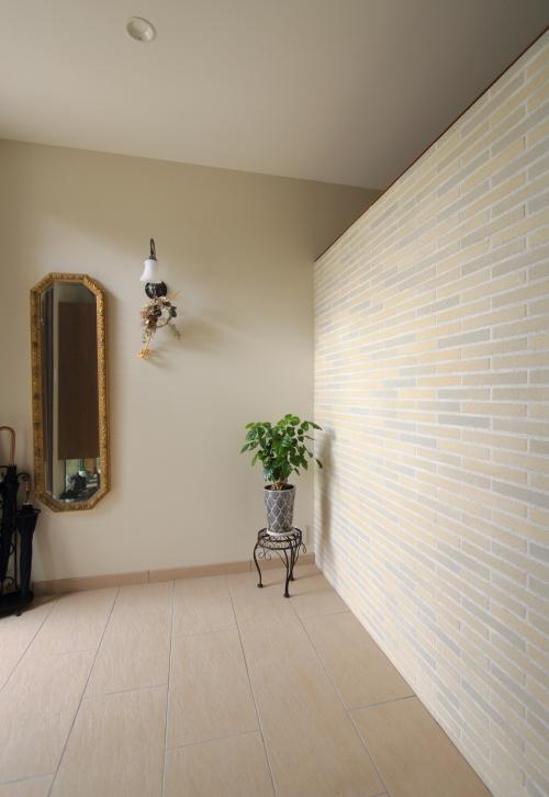 岡山市北区に完成した注文住宅、タイル壁のある広々とした玄関