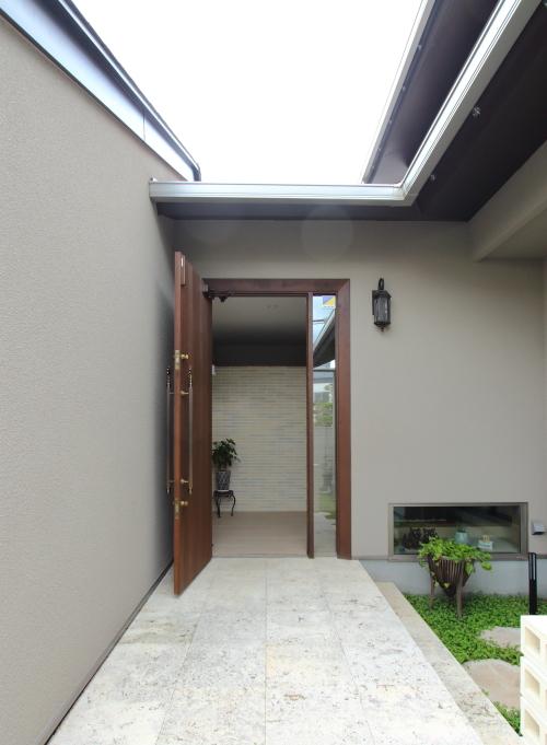 岡山市北区に完成した注文住宅、大きな木製建具が重厚感のある玄関ドア