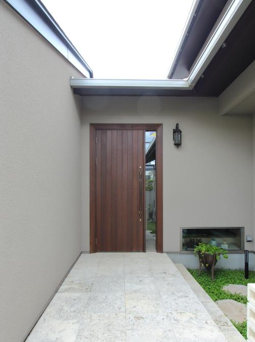 岡山市北区に完成した注文住宅、濃いブラウンが重厚感のある玄関