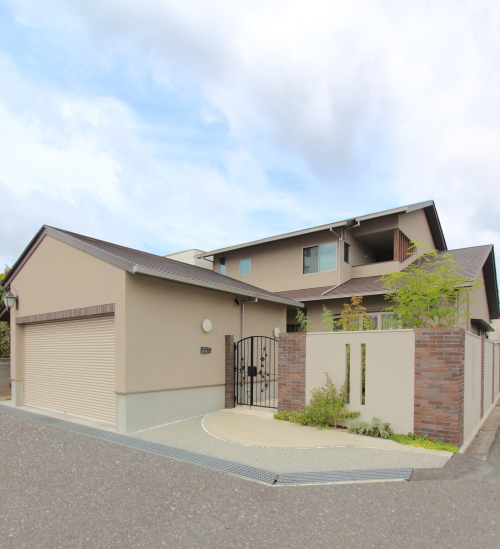 岡山市北区に完成した注文住宅、明るい茶色がかわいい印象の住宅外観
