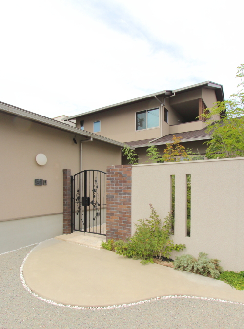 岡山市北区に完成した注文住宅、外構とセットで高級感のある住宅外観