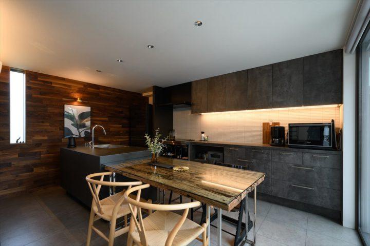 岡山市中区に完成した注文住宅、ダークグレーでまとめたアイランドキッチンとダイニングスペース
