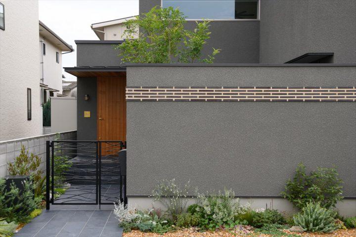 岡山市中区に完成した注文住宅、人気のグレーの外壁と植栽デザイン