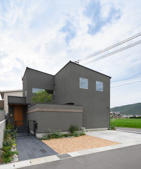 岡山市中区に完成した注文住宅、グレーの箱型のシンプルな住宅外観