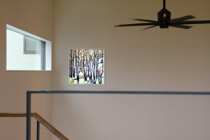 岡山市中区に完成した注文住宅、ステンドグラスをはめこんだリビング吹き抜け窓