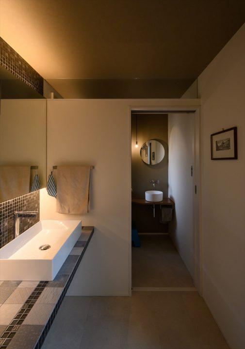 岡山市中区に完成した注文住宅、色味をおさえたモダンな洗面室