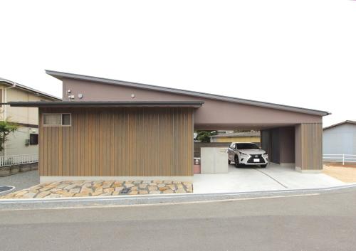 大屋根とガレージ部分の繋がりがある住宅外観