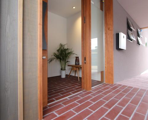 タイルと木があたたかい印象の玄関