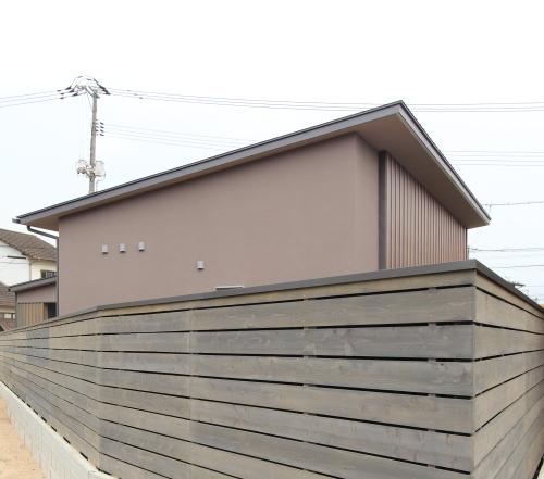 外壁と同じライトグレーの塗料で統一感のある木塀
