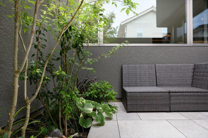 岡山市中区に完成した注文住宅、森林浴を楽しむタイルの中庭