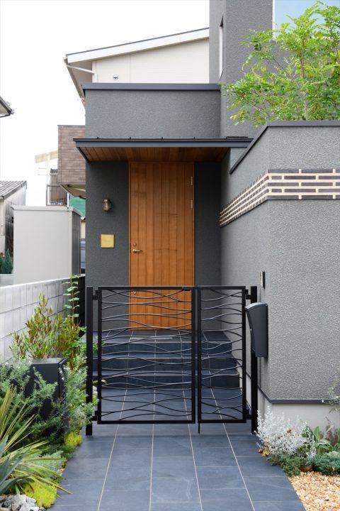 岡山市中区に完成した注文住宅、木製建具とタイルのアプローチ