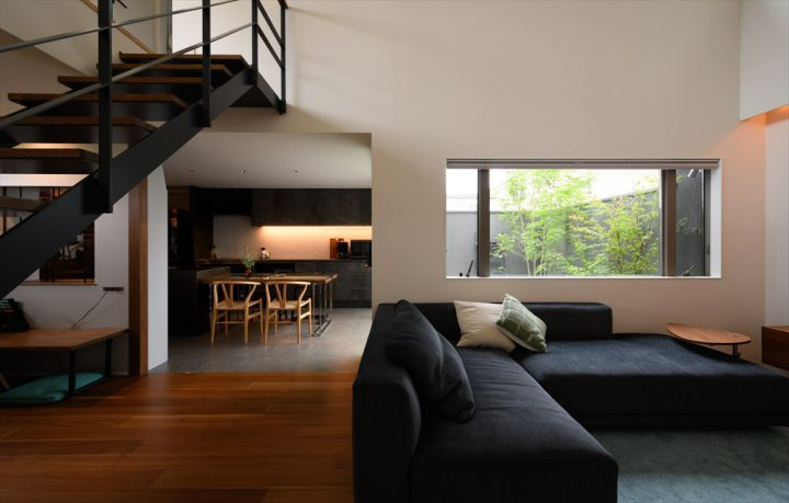 岡山市中区に完成した注文住宅、リビングからDKを眺める