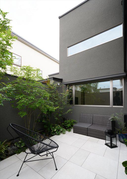 岡山市中区に完成した注文住宅、プライベート感のある森林浴を楽しむタイルの中庭