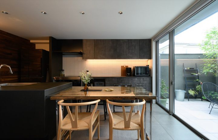 岡山市中区に完成した注文住宅、グレーを基調にしたモノトーンなダイニングキッチン