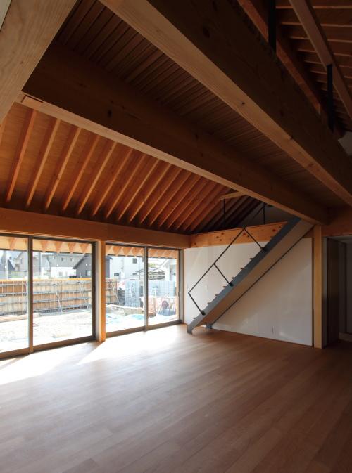 倉敷市に建築中の注文住宅、鉄骨のリビング階段がある広々としたリビング