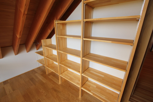 屋根の勾配が楽しい書斎の壁面は一面本棚