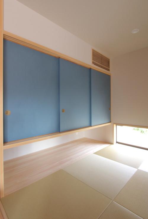 和紙を貼ったオリジナルの建具が上品な和室