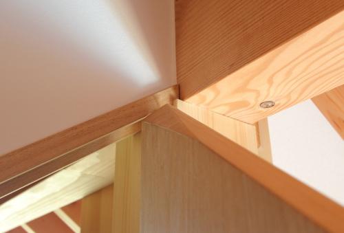なめらかにドアが閉まるように細工されている変わったカタチの木製建具