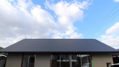 倉敷市に建築中の注文住宅、存在感のある寄棟屋根の平屋