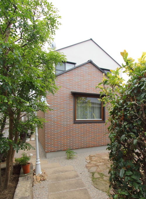 総社の家、タイル壁と木窓の子供部屋増築工事、完成しました