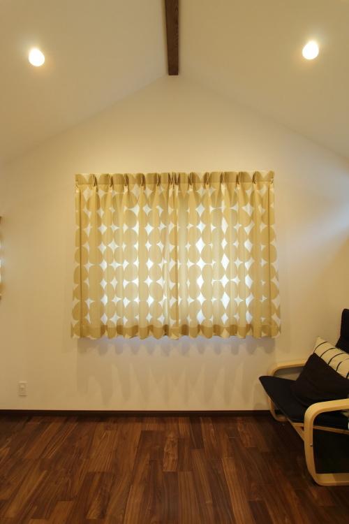 船底天井と正方形の木窓に北欧風カーテンのかわいい子供部屋