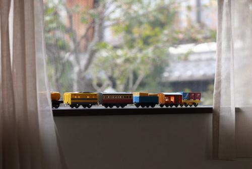 電車のおもちゃを飾る子供室の窓