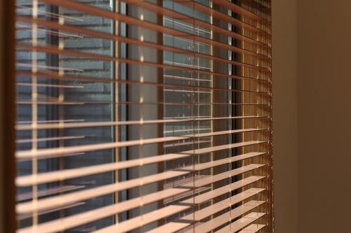 木製ブラインドが柔らかい印象のLDK窓辺