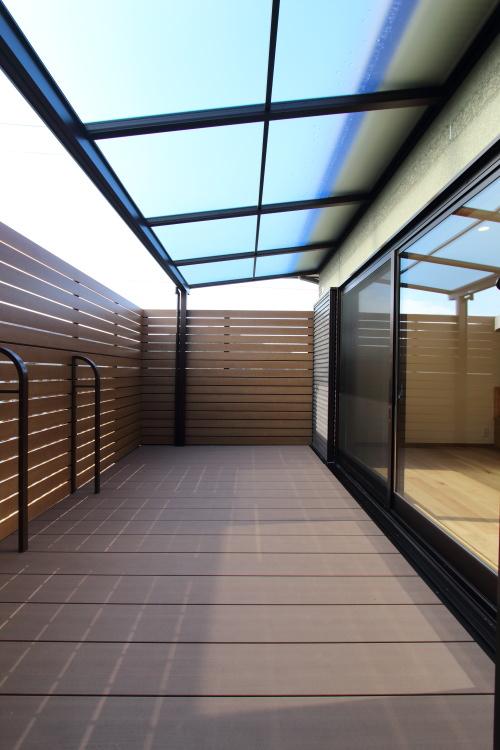 2世帯住宅のリノベーション工事、ピカピカになったバルコニーはリビングの延長として使えます