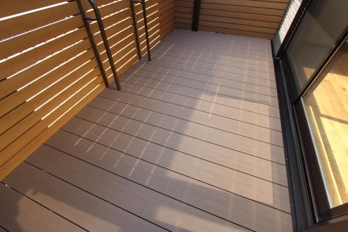 2世帯住宅のリノベーション工事、新しくなったバルコニーの床