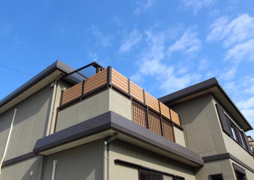 2世帯住宅のリノベーション工事、外から見たバルコニー