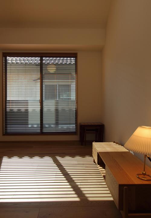 木製ブラインドの窓辺