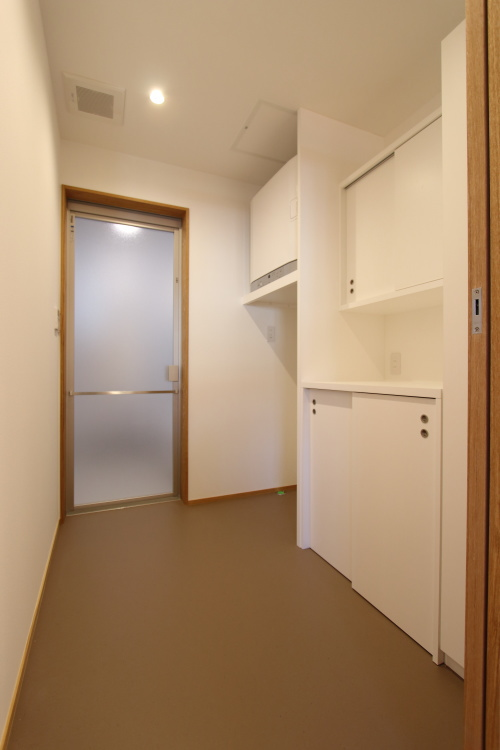 真っ白でシンプルに仕上げた洗濯・脱衣室