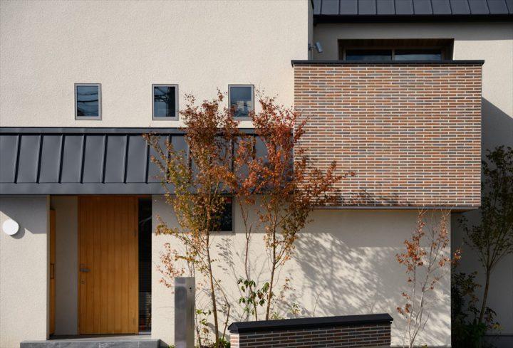 タイル壁と植栽が映える住宅外観