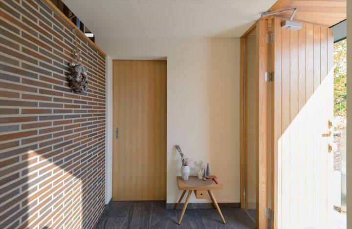 インテリアを楽しむタイル壁のフラット玄関