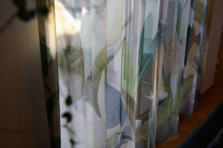 高級感あるレースカーテンの窓辺