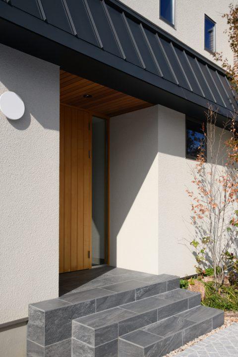 シンプルな木製ドアの玄関
