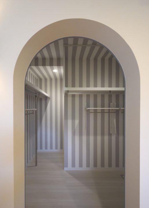 アーチの入り口がかわいい子供室ウォークインクローゼット内装