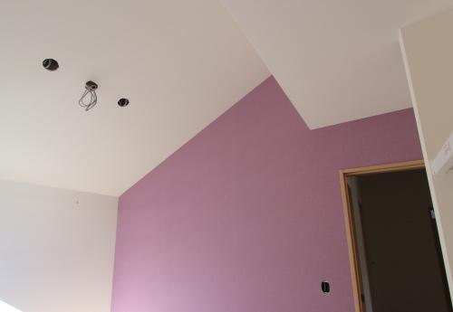 子供室の落ち着いたピンクのアクセントクロス