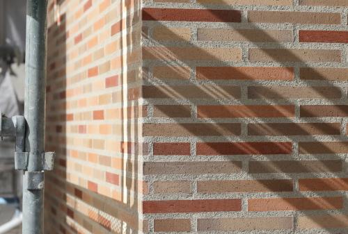 岡山市中区に建築中の注文住宅、玄関の壁を彩る暖色のかわいいタイル