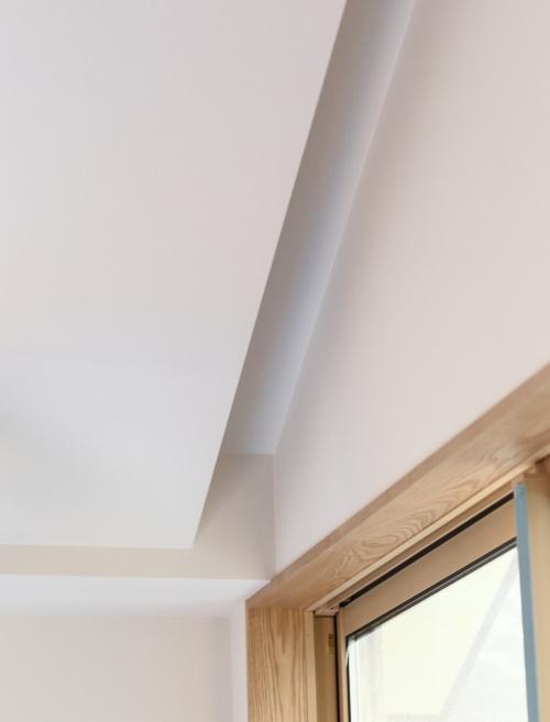 リビングの一工夫した窓際には間接照明を埋め込みます