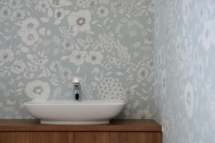 淡いブルーの壁紙が印象的なトイレ