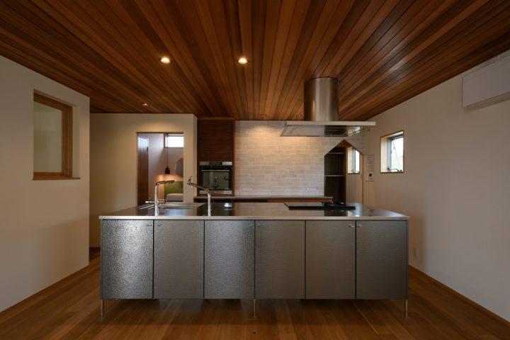 岡山市北区の注文住宅wall designの高級感あるトーヨーキッチンのアイランドキッチン