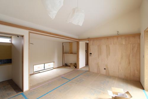 岡山市南区藤田に建築中の田園に浮かぶ平屋、リビング横にある畳スペース