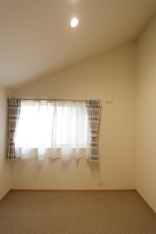 勾配天井とカーペット敷の落ち着くフリールーム