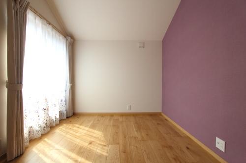 紫のアクセントクロスがかわいい子供部屋
