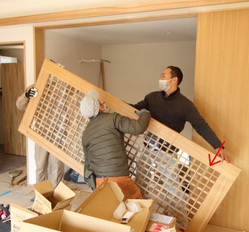 建具職人さん3人による格子戸の吊り込み